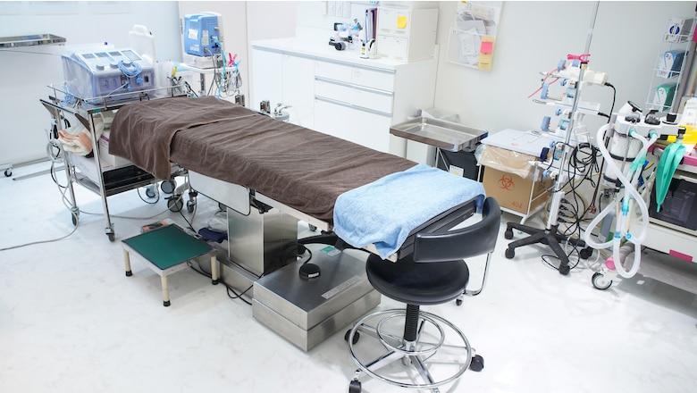 【施術】清潔に保たれたお部屋にて治療が始まります。事前のカウンセリングを元に最終確認をしてから施術を行います。患者さまがよりリラックスしていただけるよう、スタッフ一同気配りすることを心掛けております。