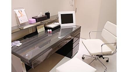 カウンセリング:担当専門医師より改めて患者さまのご要望を伺い、施術法や施術内容のご説明をいたします。